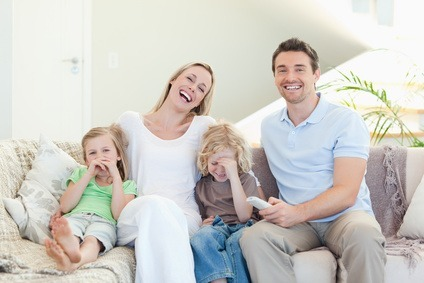 Familie schaut einen Online Stream auf dem TV